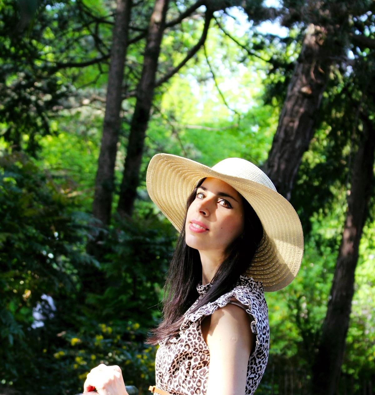 portrait-brunette-botanical-park-style